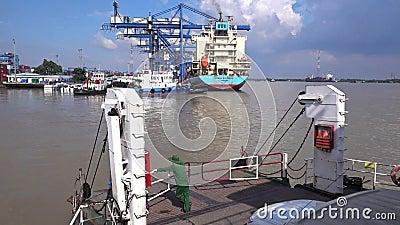 Traghetto e porto di Cat Lai video d archivio