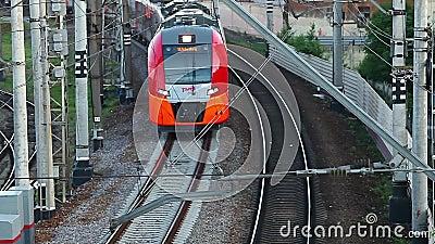 Train à grande vitesse passant sur le chemin de fer banque de vidéos