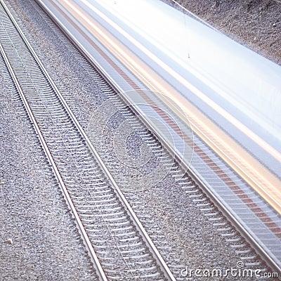 Train avec le mouvement sur des rails