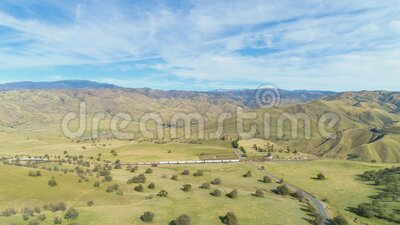 Train e Hilly Green Farmland Contea di Kern California, USA Vista aerea video d archivio