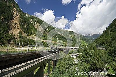 Train par des Alpes