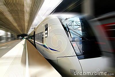 Train rapide dans le mouvement