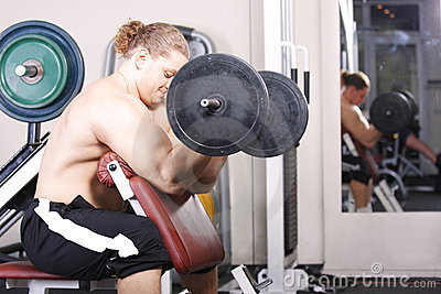 Training biceps with heavy weight