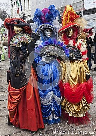 Trajes venecianos coloridos Imagen editorial