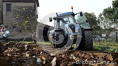 Traktor bewegt sich zwischen die Klumpen stock footage