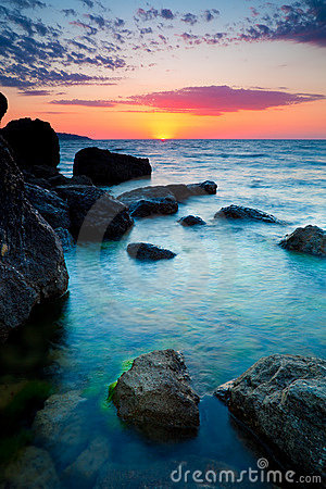 Tramonto sopra la linea costiera rocciosa