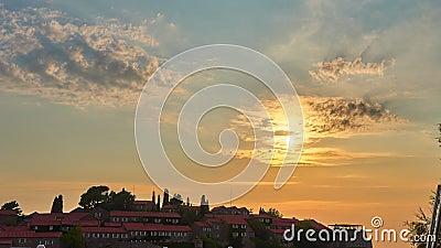 Tramonto su Sveti Stefan Islet e resort in Montenegro Budva Riviera Balcani, Mare Adriatico, Europa Timelapse archivi video