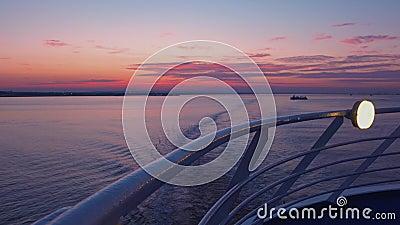 Tramonto visto dalla piattaforma della nave da crociera video d archivio