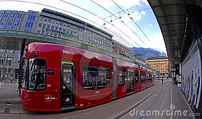 Tramway rouge d Innsbruck Image éditorial