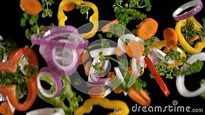 Tranches en baisse de légumes coupés, mouvement lent clips vidéos