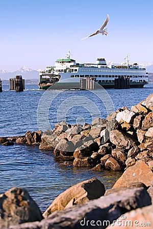 Transbordador y línea de la playa del sonido de Puget