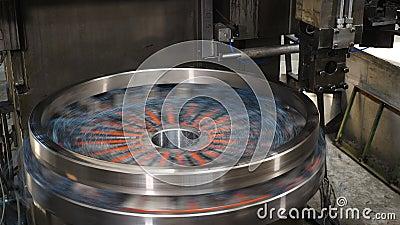 Transformation de métaux industriels Utilisation d'équipements de laçage dans une usine de fabrication industrielle lourde épluch banque de vidéos