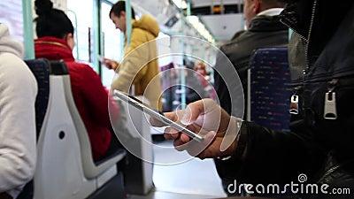 Transmission de messages sur le smartphone ? l'int?rieur du souterrain banque de vidéos