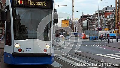 Transport en commun dans la ville de tram d'Amsterdam d'Amsterdam banque de vidéos