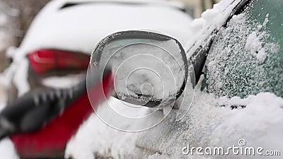 Transport, Winter, Wetter, Leutekonzept - Mannreinigungsschnee vom Auto mit Bürste in lebendem Hausbezirk fokus stock footage