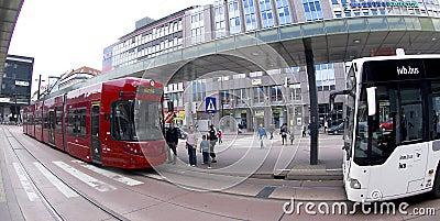 Tranvía roja de Innsbruck y omnibus blanco Fotografía editorial
