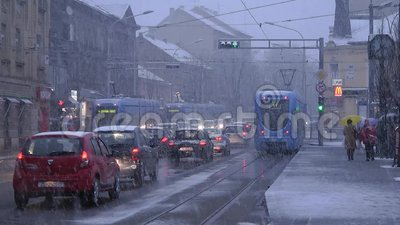 Tranvai del pianale ribassato di TMK 2200 durante l'azionamento della neve a Zagabria 3 archivi video