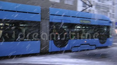 Tranvai del pianale ribassato di TMK 2200 durante l'azionamento della neve a Zagabria video d archivio