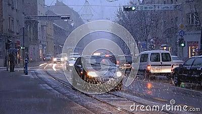 Tranvai del pianale ribassato di TMK 2200 durante l'azionamento della neve a Zagabria 2 stock footage