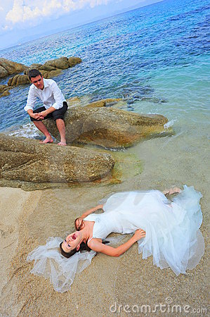 Trash the dress by the sea - bride and groom