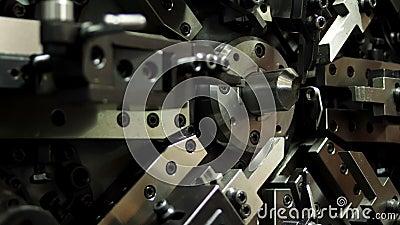 Traslado de piezas de una máquina de producción automática de muelles en la fábrica Ingeniería y tecnología metrajes
