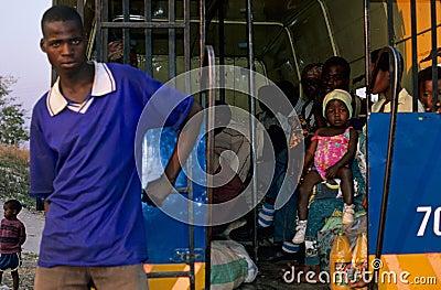 Trasporto pubblico nel Mozambico. Fotografia Editoriale