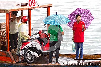 Trasporto sulla piccola barca attraverso il fiume in Tailandia Fotografia Editoriale