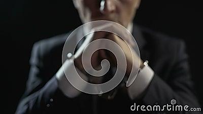 Trastorne al hombre esposado encarcelado para el crimen financiero, castigado por fraude serio metrajes