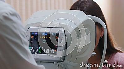 Tratamento oftalmológico - médico que trabalha com equipamento especial para verificação da acuidade visual - análise da filme