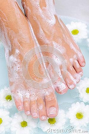 Tratamiento del balneario de pies femeninos hermosos
