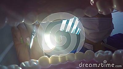Tratando os dentes no dentista video estoque