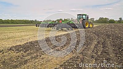 Trator de cultivo que conduz o campo agrícola do aalong Equipamento agricultural vídeos de arquivo