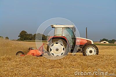 Trator no campo
