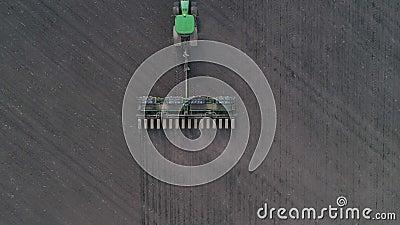 Trator que cultiva a terra arável para semear as colheitas, vista aérea na maquinaria moderna da agricultura no campo filme