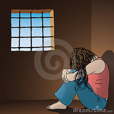 Traurige Frau im Gefängnis