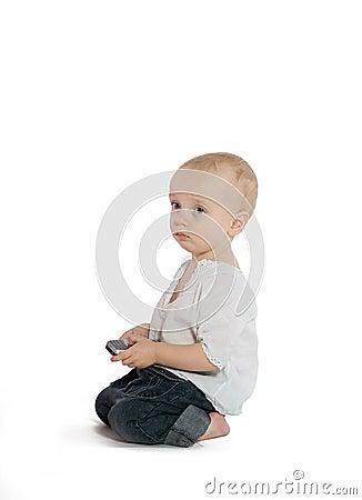 Trauriger Junge mit einem Mobiltelefon