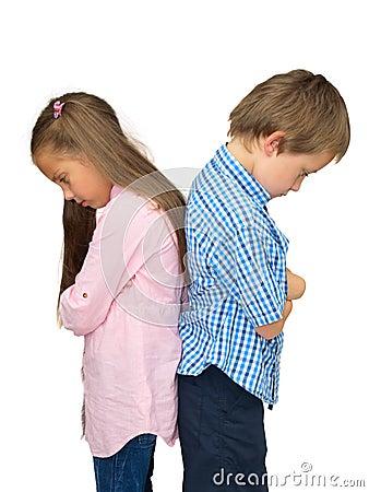 Trauriger Junge und Mädchen, zurück zu rückseitiger Haltung auf Weiß
