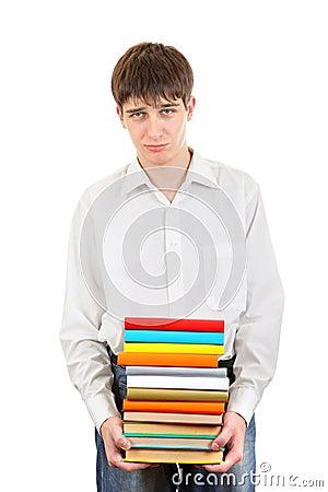 Trauriger Student, der Stapel der Bücher hält
