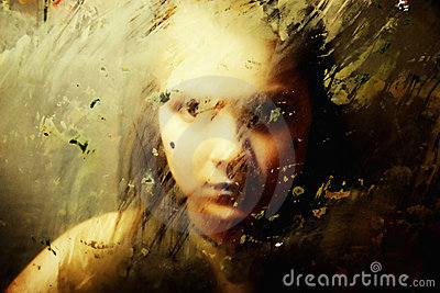 Trauriges Mädchen hinter schmutzigem Glas