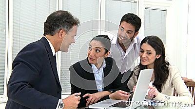Travail d'équipe heureux d'affaires au bureau