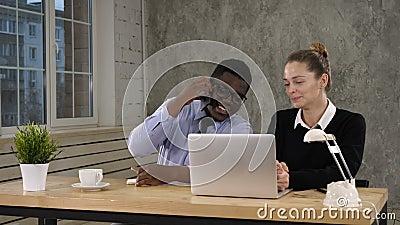 Travail de Making Call Team d'homme d'affaires d'Using Laptop And de femme d'affaires banque de vidéos