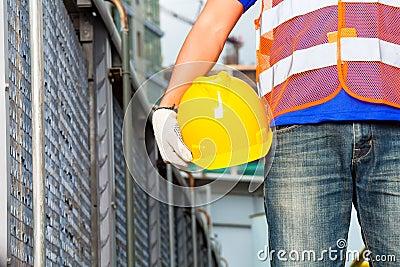 travailleur sur le chantier de construction avec le casque photos libres de droits image 34333598. Black Bedroom Furniture Sets. Home Design Ideas