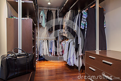 Travertine house - walk-in wardrobe