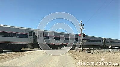 Travesía del tren de Amtrak en California central, los E.E.U.U. almacen de metraje de vídeo