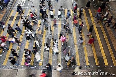 Travesía de la calle en Hong-Kong