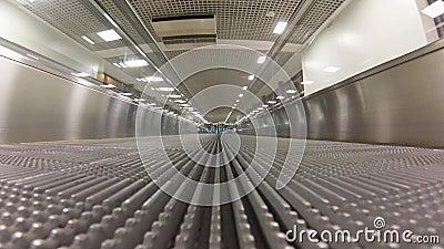 Travolator vuoto in aeroporto stock footage