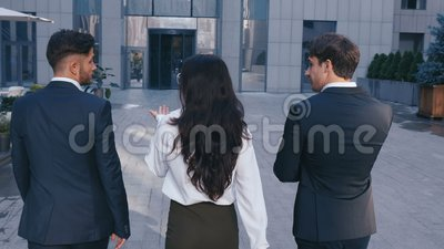Tre Business People Di Successo: Due bellissimi uomini e una bella donna con il fidato Gait Walk nell'edificio dell'ufficio stock footage