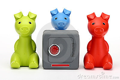 Tre piccoli maiali che custodicono una cassaforte