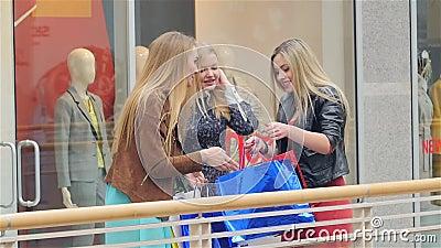 Tre ragazze su un acquisto: amici di riunione lento video d archivio