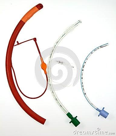Tre tubi endotracheali di vari disegni